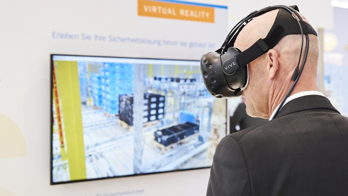 Digitalization of the machine as a 3D model, virtual conception and design of the safety technology, and joint review and approval of the proposed design by means of a virtual machine safeguarding evaluation.