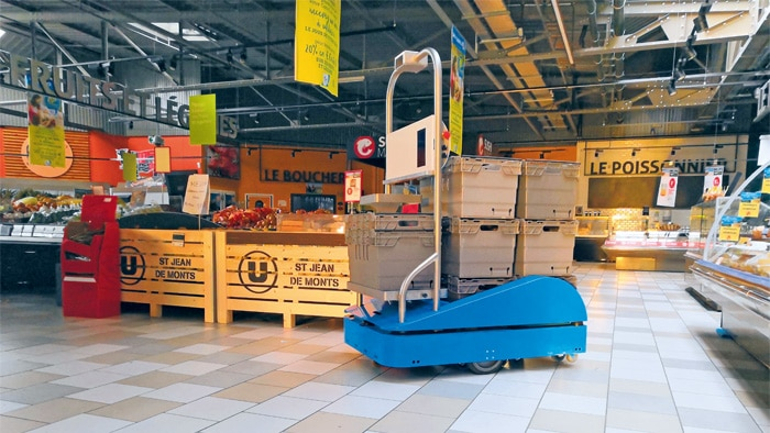 SUitee Cobotics supports supermarket employees during particularly strenuous activities.