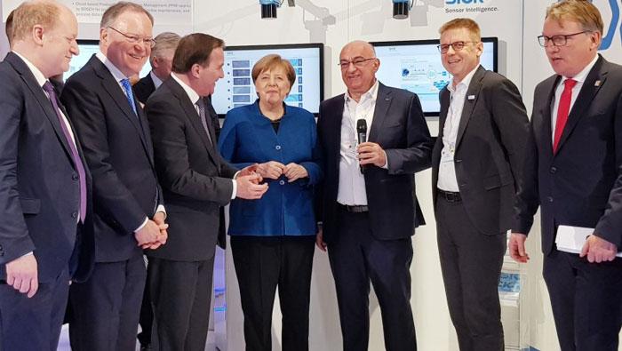 Angela Merkel en visite sur la stand SICK à la foire d'Hanovre 2019