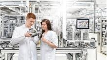 SICK AG überreicht Zeugnisse an 59 Azubis und DH-Studierende - Freude beim Abschlussjahrgang 2020: Nachwuchskräfte erhalten Übernahmeangebot