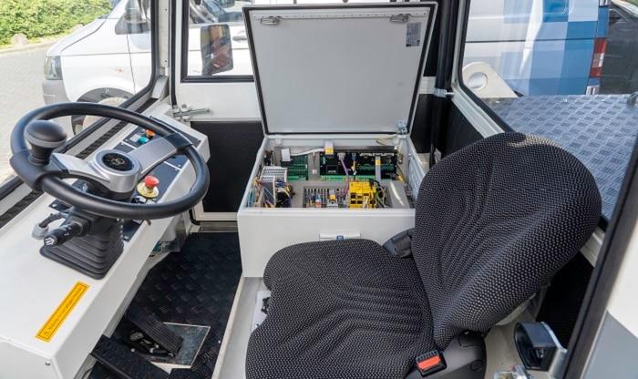 """Die fahrerlosen Traktoren von AGVR sind ebenfalls """"hybrid"""". Sie können bei Bedarf manuell gesteuert werden."""