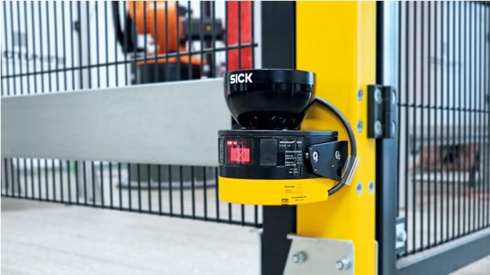 Mit dem microScan3 wird die Roboterzelle permanent überwacht und der Arbeitsbereich in drei Zonen eingeteilt.