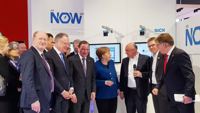 Découverte du deep learning par Angela Merkel sur le stand SICK