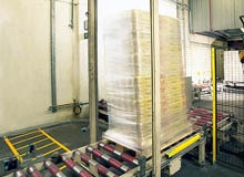 Intelligent determination between goods and people: E. Leclerc protects palletizing systems with safety light curtains from SICK