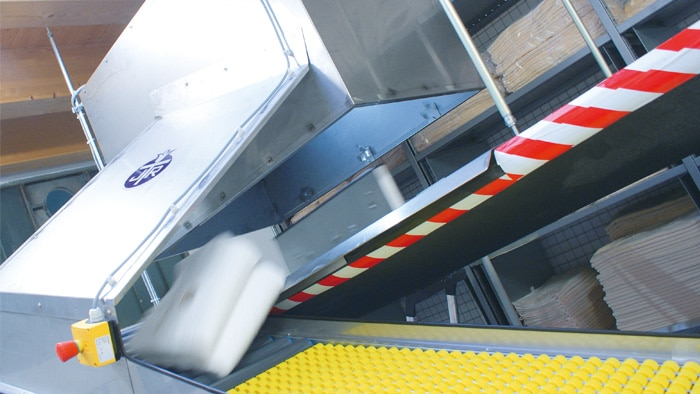 The pusher moves out at lightning speed and redirects the terry towels. The camera system and the angled lamp are installed in the sheet metal box overhead.