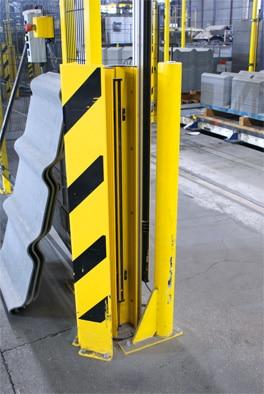 Der Bereich, in dem der Stapler die Paletten auf einer Rollenbahn abstellt, wird durch deTec Sicherheits-Lichtvorhänge abgesichert