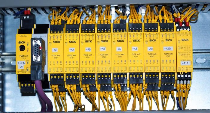 Die Sicherheitssteuerung Flexi Soft ist frei programmierbar und kann modular an die jeweiligen Anforderungen angepasst werden.