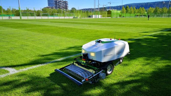 RoviMo® ist der weltweit erste vollelektrische, CO2-emissionsfreie, fahrerlose Mehrzweck-Roboter für große Grünflächen.