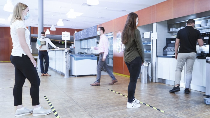 Red and white spacing strips stuck to the ground are inventive but temporary solutions in many places. With DistanceGuard, SICK is saying goodbye to the temporary nature of this solution, but not to its praiseworthy ingenuity